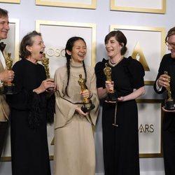 Peter Spears, Frances McDormand, Chloé Zhao, Mollye Asher y Dan Janvey con su Oscar 2021 por 'Nomaland'