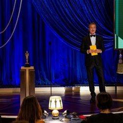Brad Pitt entrega el Oscar 2021 a Mejor Actriz de Reparto