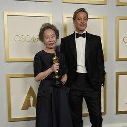 Brad Pitt y Youn Yuh-jung en los Oscars 2021
