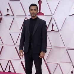 Riz Ahmed en la alfombra roja de los Premios Oscar 2021