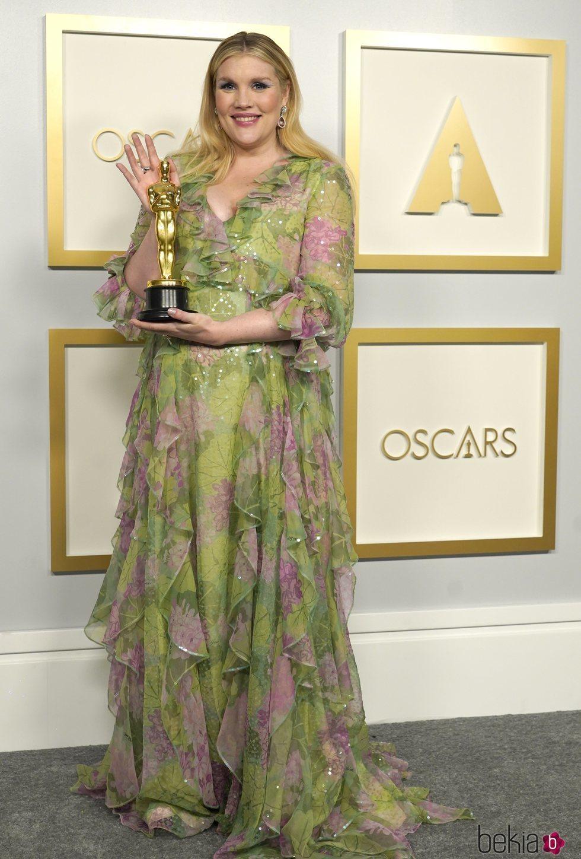 Emerald Fennell con su Oscar a Mejor Guion Original en los Oscars 2021