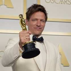 Thomas Vinterberg con su Oscar 2021 por 'Otra ronda'