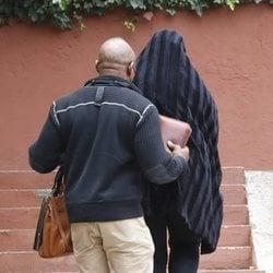 Raquel Mosquera junto a su marido Isi llegando a su casa tras recibir el alta hospitalaria
