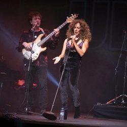Rosario Flores dándolo todo en el concierto Únicas de Cadena Dial