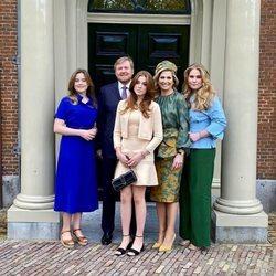 Guillermo Alejandro y Máxima de Holanda con sus hijas Amalia, Alexia y Ariane al comienzo de los actos del Día del Rey 2021