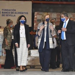 La Reina Sofía durante su visita al Banco de Alimentos de Sevilla