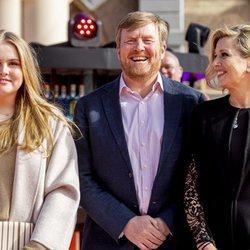 Guillermo Alejandro y Máxima de Holanda y Amalia de Holanda en el concierto del Día del Rey 2021