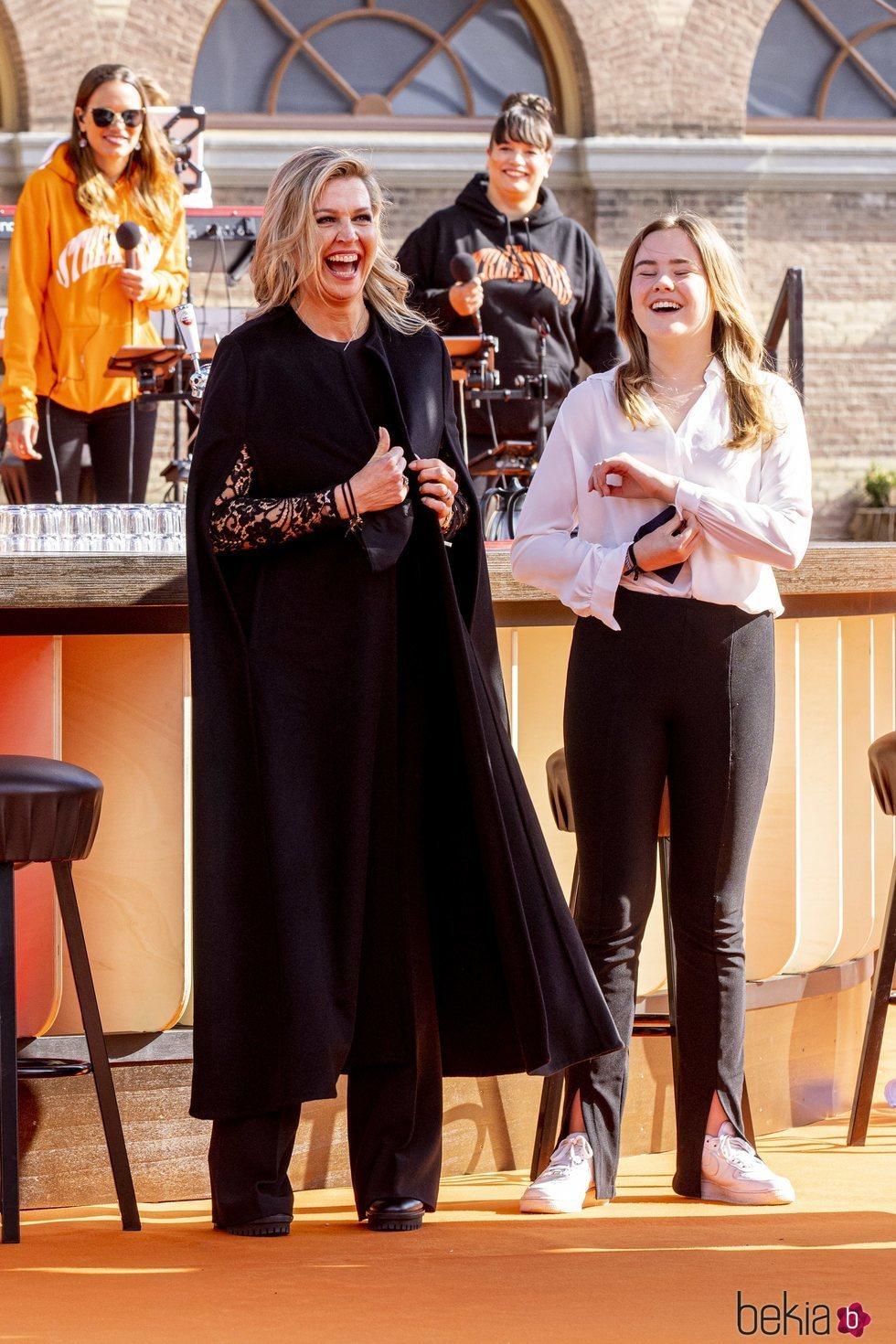 Máxima de Holanda y Ariane de Holanda riéndose en el concierto del Día del Rey 2021