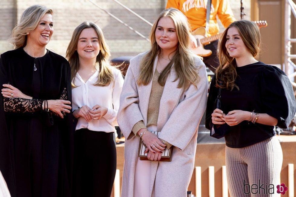 Máxima de Holanda con sus hijas Amalia, Alexia y Ariane de Holanda en el concierto del Día del Rey 2021