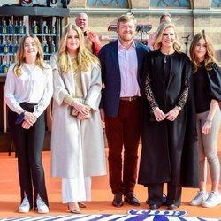 Guillermo Alejandro y Máxima de Holanda con sus hijas Amalia, Alexia y Ariane de Holanda en el concierto del Día del Rey 2021