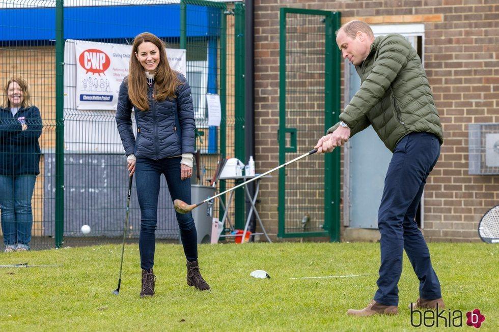 El Príncipe Guillermo y Kate Middleton jugando al golf en Durham