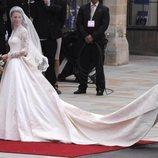 Kate Middleton vestida de novia a su llegada a su boda con el Príncipe Guillermo