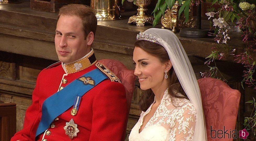 El Príncipe Guillermo mira con cariño a Kate Middleton en un momento de su boda