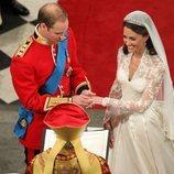 El Príncipe Guillermo y Kate Middleton en un momento de su boda