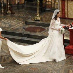 El Príncipe Guillermo y Kate Middleton se cogen la mano en su boda
