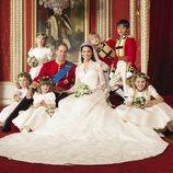 El Príncipe Guillermo y Kate Middleton con los pajes y damas de su boda
