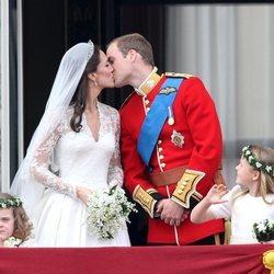 El Príncipe Guillermo y Kate Middleton se dan un beso en su boda