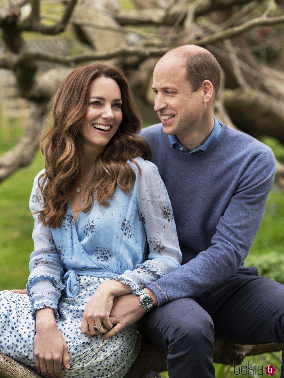 El Príncipe Guillermo y Kate Middleton posan muy enamorados en su décimo aniversario de boda