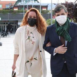 Rocío Carrasco acompañada de su abogado en la entrada de los Juzgados