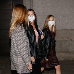 La Reina Letizia con sus hijas Leonor y Sofía tras acudir a la ópera en el Teatro Real