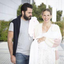 Carola Baleztena y Emiliano Suárez presentan a su primera hija Juana