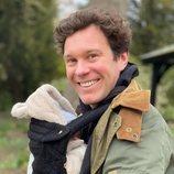 Jack Brooksbank posa muy sonriente con su hijo August