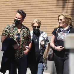 Mila Ximénez con Belén Rodríguez y otro amigo acudiendo a un restaurante