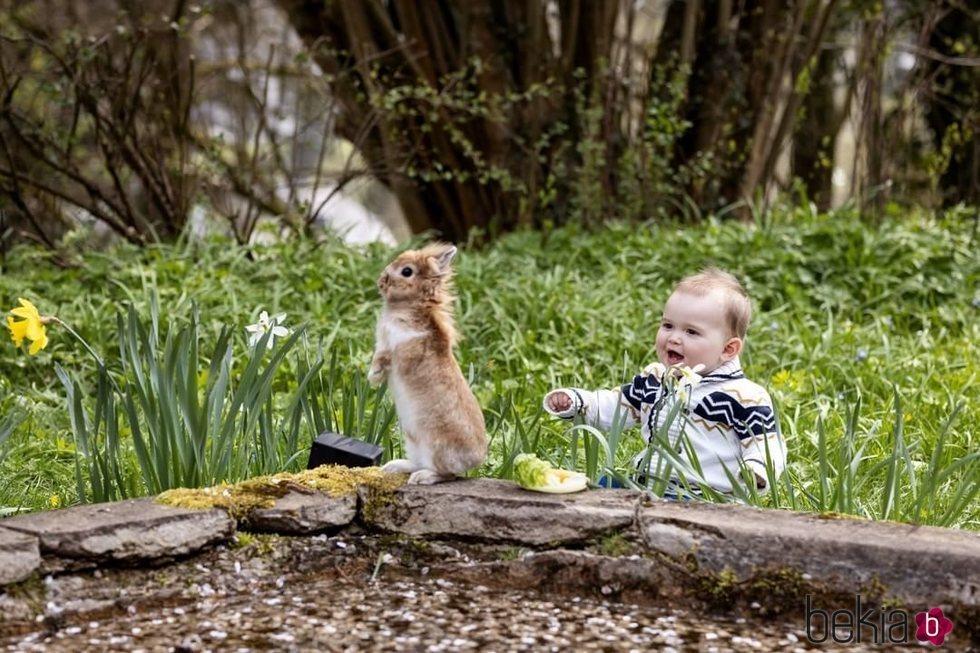 Charles de Luxemburgo con un conejo en su primer cumpleaños