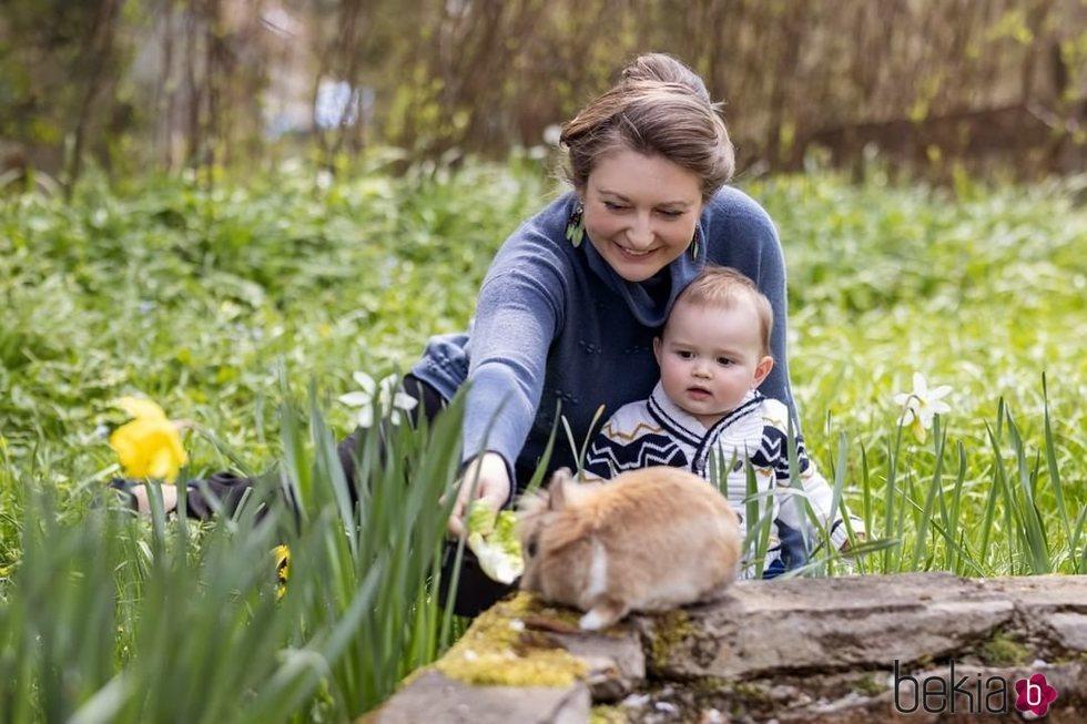 Charles de Luxemburgo con su madre Stéphanie de Luxemburgo y un conejo en su primer cumpleaños