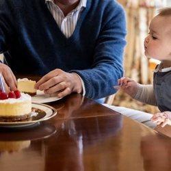 Charles de Luxemburgo con su tarta de su primer cumpleaños