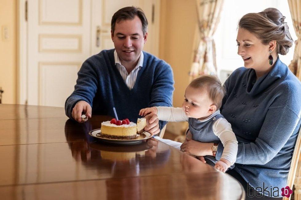Guillermo y Stéphanie de Luxemburgo con su hijo Carlos de Luxemburgo en la celebración de su primer cumpleaños
