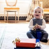 Charles de Luxemburgo con sus regalos de su primer cumpleaños