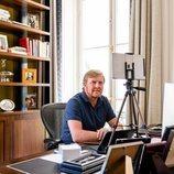Guillermo Alejandro de Holanda en su despacho en el Palacio de Huis ten Bosch