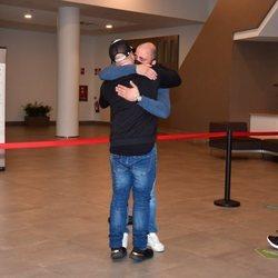 Kiko Rivera y Antonio Tejado se funden en un abrazo en el tanatorio tras la muerte de Juan Carlos Tejado