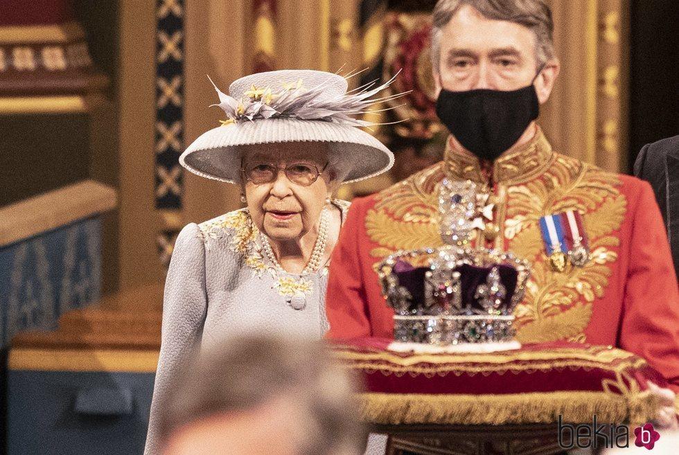 La Reina Isabel sigue a la Corona Imperial en la Apertura del Parlamento 2021