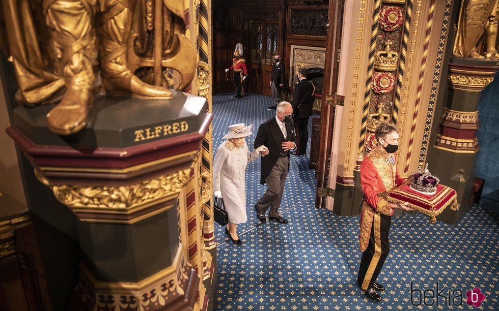 La Reina Isabel y el Príncipe Carlos siguen a la Corona Imperial en la Apertura del Parlamento 2021