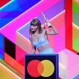 Taylor Swift recoge su premio en los Brit Awards 2021