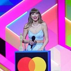 Taylor Swift es fotografiada recogiendo su premio en los Brit Awards 2021