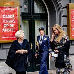Beatriz de Holanda y Amalia de Holanda en el concierto por el 50 cumpleaños de Máxima de Holanda