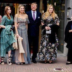 Beatriz de Holanda junto a Guillermo Alejandro y Máxima de Holanda y sus hijas Amalia, Alexia y Ariane en el concierto por el 50 cumpleaños de Máxima de Ho