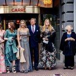Guillermo Alejandro y Máxima de Holanda con sus hijas y Beatriz de Holanda en el concierto por el 50 cumpleaños de Máxima de Holanda
