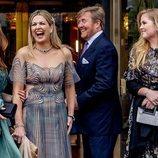 Máxima de Holanda riéndose junto a Guillermo Alejandro de Holanda y sus hijas Amalia y Alexia de Holanda en el concierto por su 50 cumpleaños