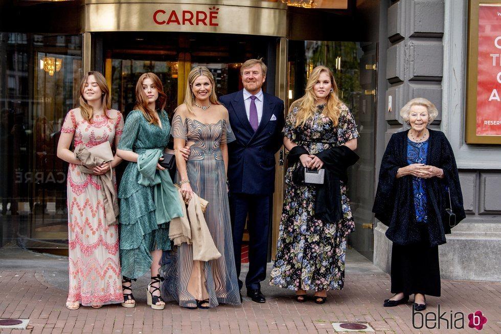 Guillermo Alejandro y Máxima de Holanda, Amalia, Alexia y Ariane de Holanda y Beatriz de Holanda en el concierto por el 50 cumpleaños de Máxima de Holanda