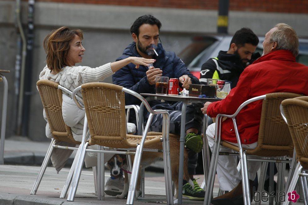 María Patiño y Ricardo Rodríguez Olivares tomando algo en una terraza