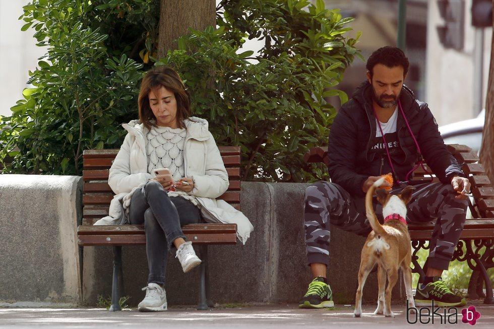 María Patiño mira el móvil mientras Ricardo Rodríguez Olivares juega con su perra