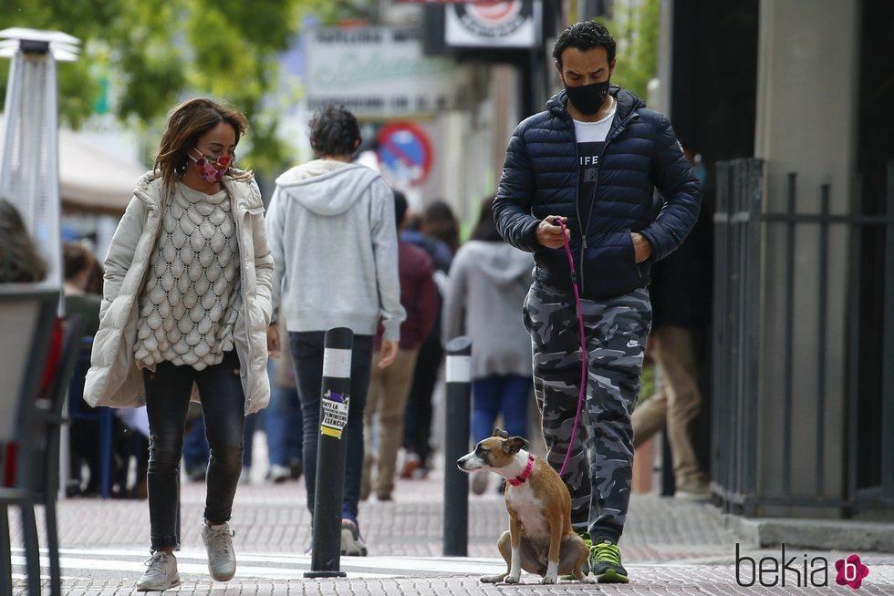 María Patiño y Ricardo Rodríguez Olivares pasean con su perra Beige