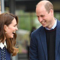 El Príncipe Guillermo y Kate Middleton riéndose en su visita a The Way Youth Zone