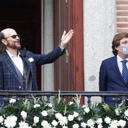 Santiago Segura y el Alcalde de Madrid, José Luis Martínez Almeida, durante el pregón de San Isidro 2021