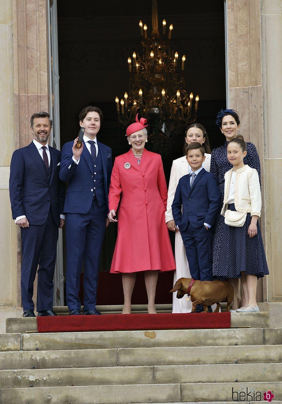 Christian de Dinamarca en su Confirmación junto a Margarita de Dinamarca, Federico y Mary de Dinamarca, Isabel, Vicente y Josefina de Dinamarca