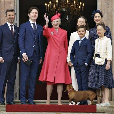 Margarita de Dinamarca con Federico y Mary de Dinamarca y sus hijos Christian, Isabel, Vicente y Josefina en la Confirmación de Christian de Dinamarca